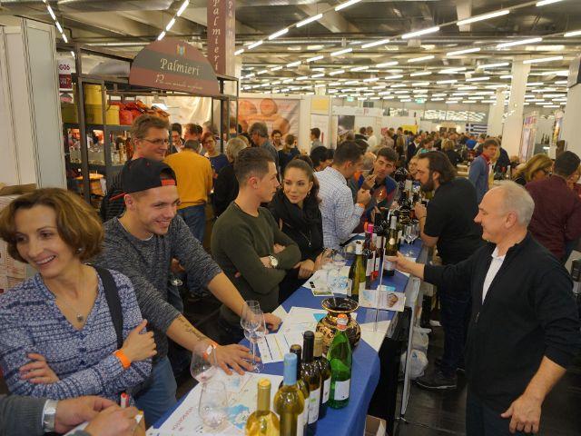 Leute testen Wein, Foto: muenchen.de/ Dan Vauelle