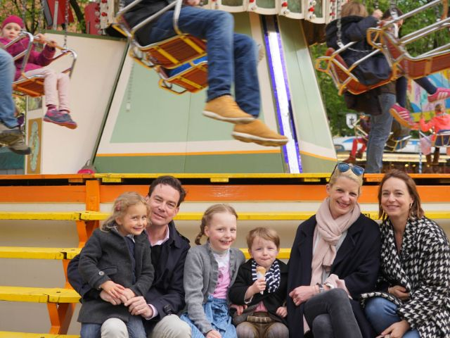 Auf der Auer Dult (von links): Marilov (4), Vater Felix, Filippa (9), Tassilo (3), Mutter Stefanie und Ina, die Schwester von Felix, Foto: muenchen.de / Dan Vauelle (2017)