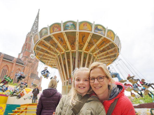 Auf der Auer Dult: Mutter und Bankkauffrau Sandra mit ihrer neunjährigen Tochter Leni, Foto: muenchen.de / Dan Vauelle (2017)