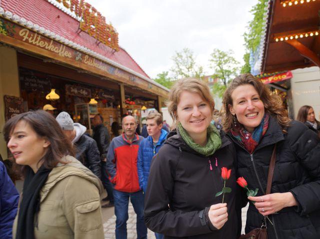Zwei Mädels mit Rosen auf der Auer Dult (von links): die Beraterinnen Femke und Eline, Foto: muenchen.de / Dan Vauelle (2017)