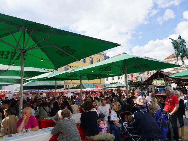Leute sitzen beim Fischmarkt, Foto: muenchen.de/ Vauelle