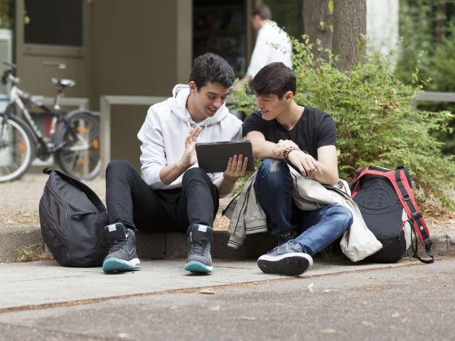 Zwei Jugendliche sitzen zusammen mit Tablet, Foto: Eva Jünger