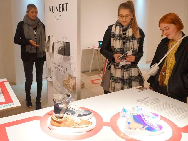 Besucherinnen bewundern Design im Isarforum, Foto: muenchen.de/ Dan Vauelle