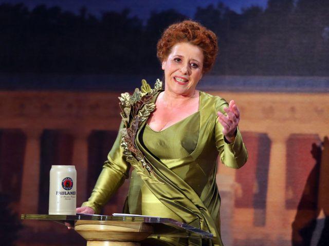 Luise Kinseher als Mama Bavaria, Foto: BR/sampics/Stefan Matzke