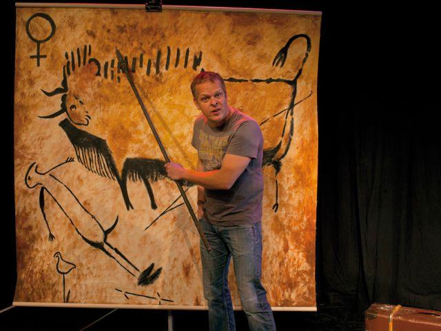 Caveman Karsten Kaie vor einer Leinwand, Foto: Joerg Reichardt