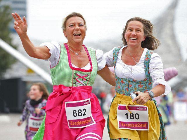 Frauen im Dirndl beim Trachtenlauf, Foto: München Marathon/Norbert Wilhelmi