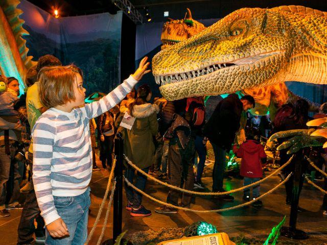 Kind vor Dinosaurier-Figur, Foto: Rainer Christian Kurzeder