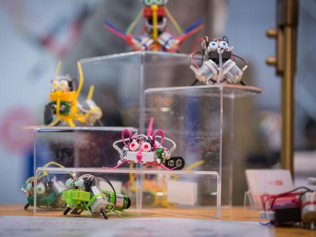 Senorgesteuerte MiniBots auf der Forscha, Foto: i!bk/S.Naumann