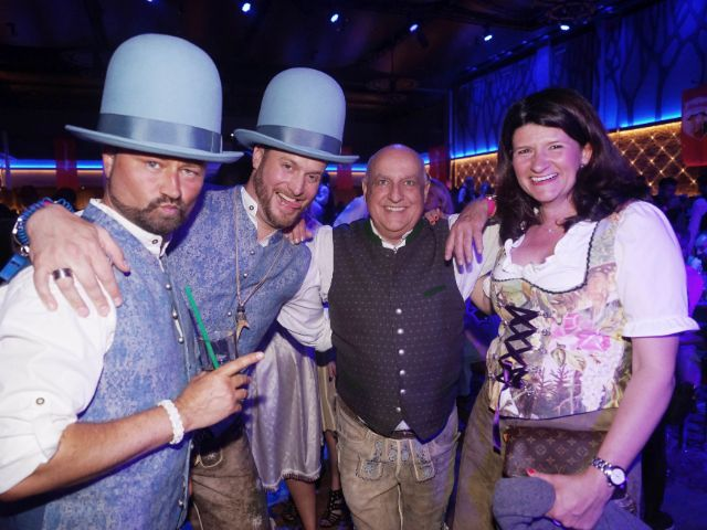Trachtenkönig Axel Munz (3.v.l) in Partystimmung , Foto: muenchen.de/ Daniel Vauel