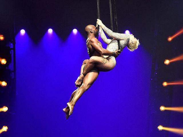 Sängerin Pink hängt mit Tänzer am Seil , Foto: Kevin Mazur