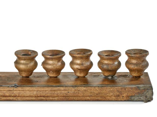 Sieben Kisten Jüdisches Material – Chanukka-Leuchter, Süddeutschland, 19. Jh., Foto: Museum für Franken, Fotos: Klaus Bauer, Hahn Media, Würzburg