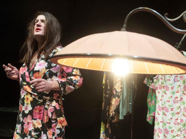 """Szene aus dem Stück """"Der Mieter"""" - Theaterfestival """"Radikal Jung"""", Foto: Smailovic"""