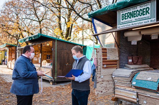 RAW-Chef Clemens Baumgärtner ehrt Norbert Bernegger für 25 Jahre Auer Dult, Foto: Anette Göttlicher