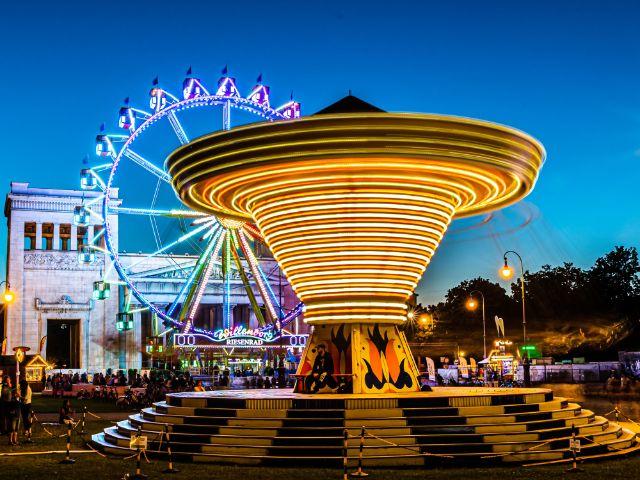 Königsplatz am Abend mit Kettenflieger und Riesenrad, Foto: muenchen.de/Michael Hofmann