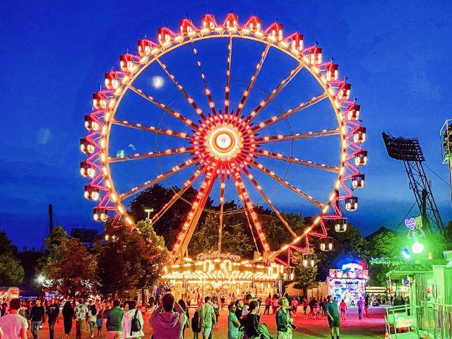 Das Riesenrad auf dem Coubertinplatz bei Nacht, Foto: muenchen.de/Anette Göttlicher