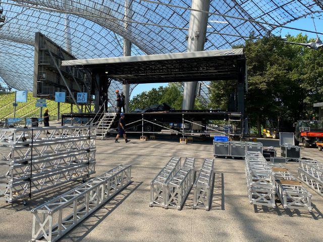 Noch wird die Sommerbühne aufgebaut, Foto: muenchen.de/Philipp Hartmann