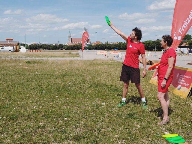 Sportreferentin Beatrix Zurek beim Frisbee werfen, Foto: muenchen.de/Anette Göttlicher
