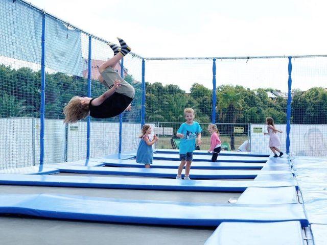 Trampolin springen auf der Theresienwiese, Foto: muenchen.de/Anette Göttlicher