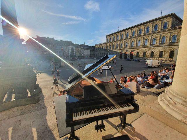 Klavier an der Stufenbar vor dem Nationaltheater, Foto: muenchen.de/Saskia Ziegler