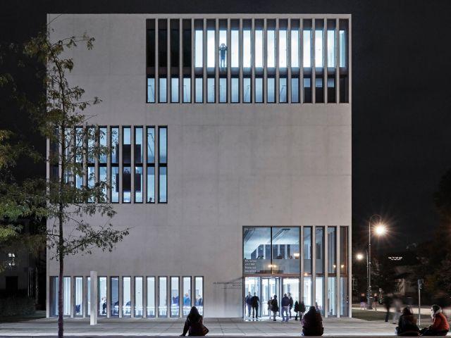 NS-Dokumentationszentrum München bei Nacht, Foto: NS-Dokumentationszentrum München