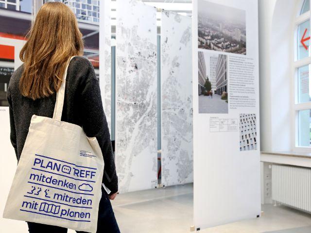 """Besucherin der Ausstellung """"Hoch hinaus?"""" im PlanTreff, Foto: Landeshauptstadt München / Michael Nagy"""