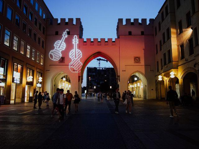 Das Karlstor erstrahlt zum Sommer in der Stadt in spezieller Beleuchtung, Foto: Benjamin Troll
