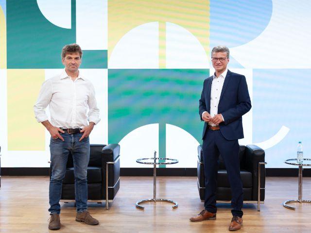 """Pressekonferenz zum Kultursommer """"Bayern spielt"""": Lustspielhaus-Chef Till Hofmann und Kunstminister Bernd Sibler, Foto: Bayerisches Staatsministerium für Wissenschaft und Kunst"""