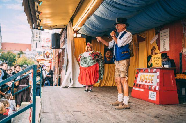 """Manfred Schauer (r.) spricht auf der Bühne das Publikum beim """"Schichtl"""" auf dem Oktoberfest an, Foto: Sebastian Lehner"""