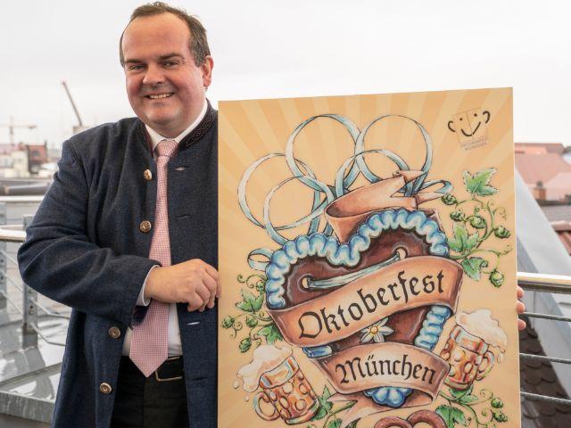 Wirtschaftsreferent Clemens Baumgärtner hält den Sieger-Entwurf für das Oktoberfestplakat 2021 in der Hand, Foto: muenchen.de/Rico Güttich