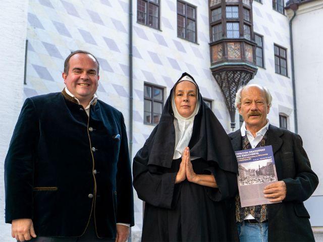 Referent für Wirtschaft und Arbeit, Clemens Baumgärtner, eine Nonne, und Gerd Grüneisl von Kultur und Spielraum