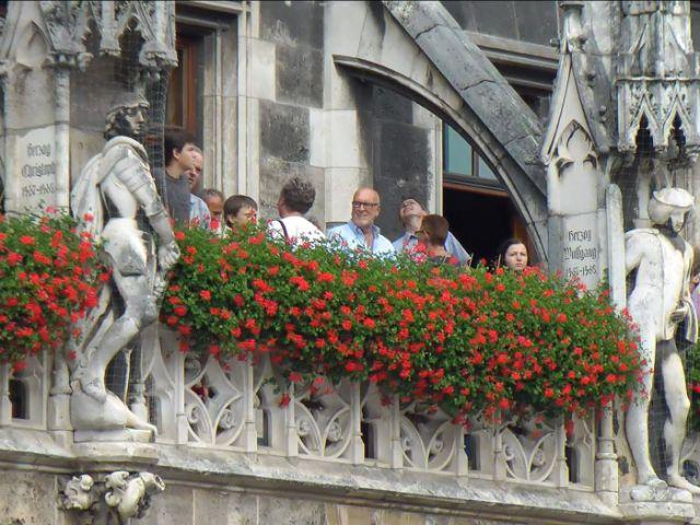 Besucher auf dem Rathausbalkon am Tag der offenen Tür der Stadt, Foto: Immanuel Rahman / muenchen.de