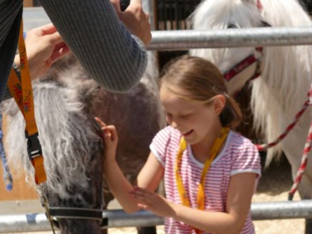 Kind und Ponys im Equilaland, Foto: EQUILALAND