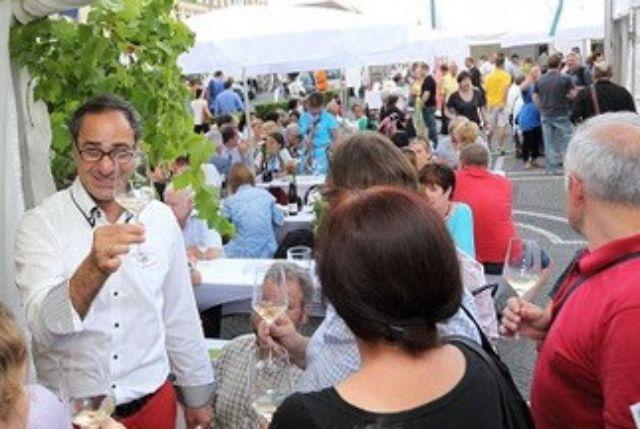 Wein trinken und genießen, Foto: Haus des Frankenweins