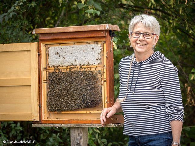 Imkerin mit Bienen
