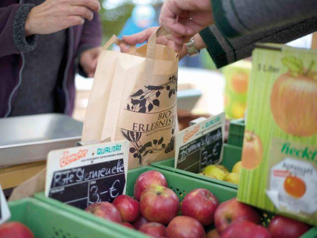 Äpfel einkaufen auf dem Markt, Foto: Mirja Kofler/StMELF