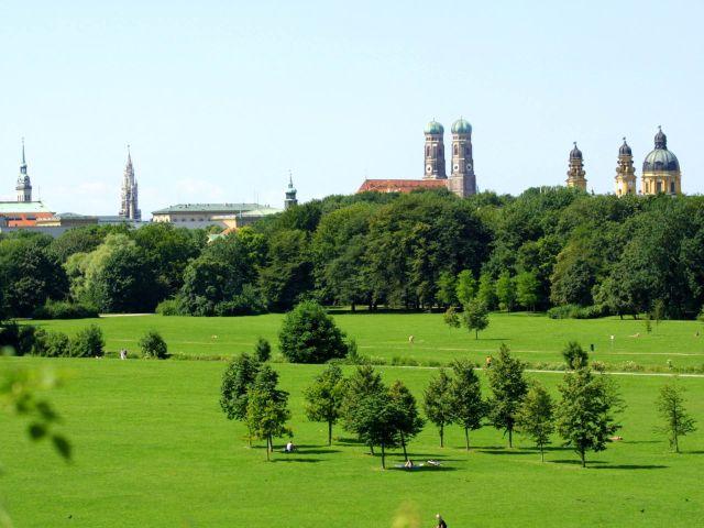 Stadtsilhouette: Blick vom Monopteros in den Englischen Garten