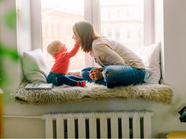 Mutter und Kind am Fenster, Foto: Daria Shevtsova / Stocksnap.io