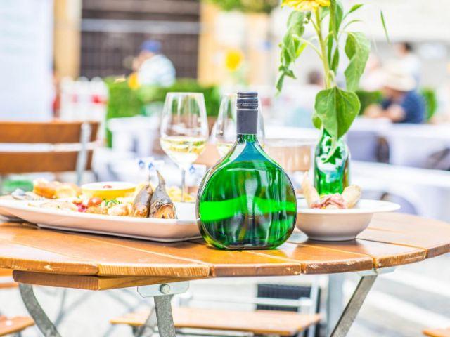 Tisch mit Wein und Speisen beim Bayerischen Genussfestival, Foto: Haus des Frankenweins/Max Ostermeier