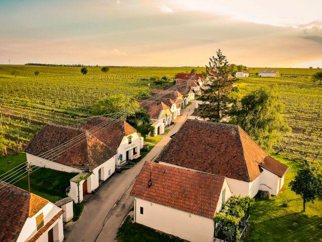 Häuserreihe im Sonnenuntergang, Foto: Weinviertel Tourismus / Robert Herbst