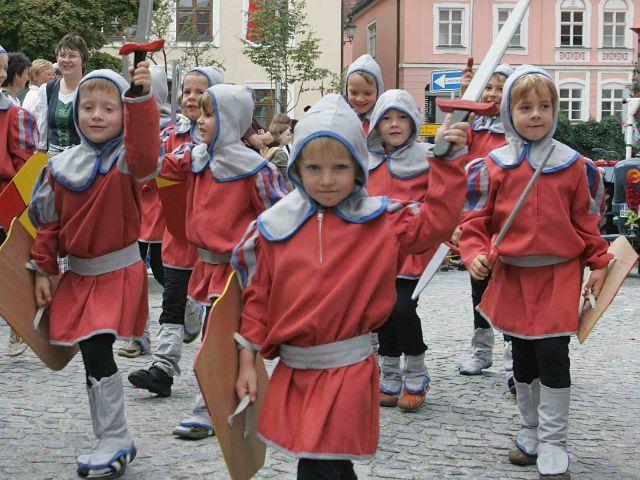 Kinderfestzug in der Dachauer Altstadt, Foto: Stadt Dachau