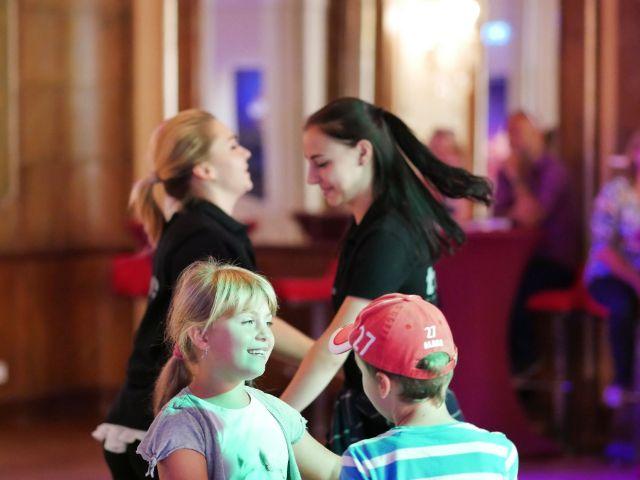 Junge Frauen und Kinder beim Tanzen, Foto: Deutsches Theater