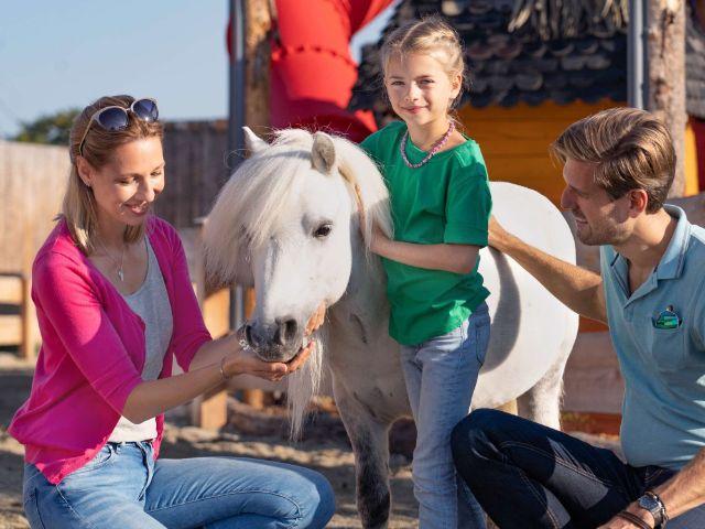 Familie auf der Ponyfarm im Cavalluna Park, Foto: Cavalluna Park