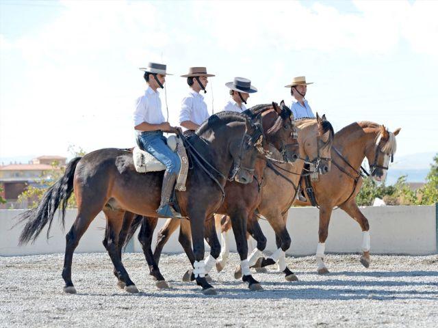 Pferde und Reiter auf dem Paradeplatz von Equilaland, Foto: EQUILALAND