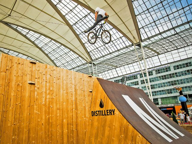 Bike & Style: Mountainbiker auf der Rampe, Foto: Florian Breitenberger