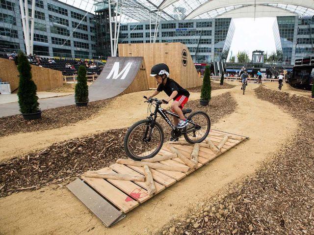 Kind auf dem Mountainbike-Track, Foto: Florian Breitenberger
