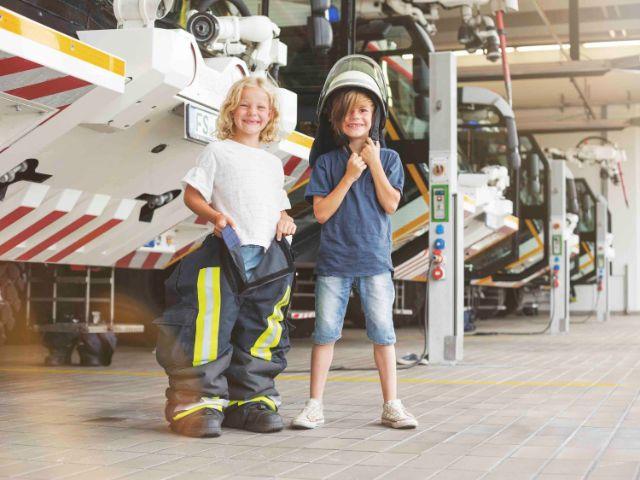 Junge und Mädchen mit Feuerwehrkleidung, Foto: Flughafen München