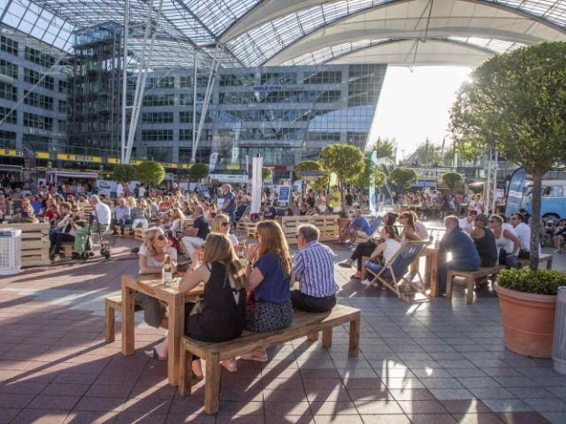Bänke beim Taste&Style im MAC Forum des Flughafens München, Foto: Flughafen München