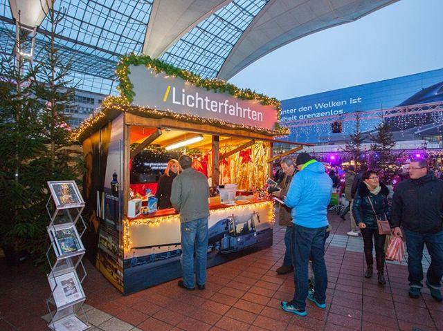 Stand der Lichterfahrten auf dem Wintermarkt am Flughafen München, Foto: Flughafen München