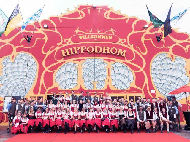 Bedienungen vor dem Hippodrom, Foto: Hippodrom
