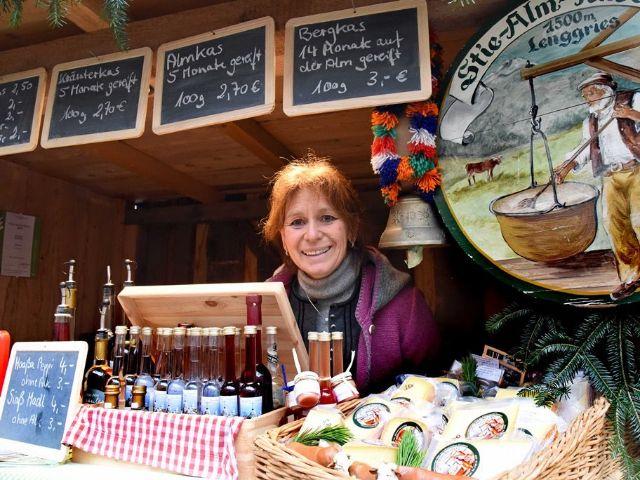 Frau in ihrem Stand auf dem Genussmarkt, Foto: Bayerisches Staatsministerium für Ernährung, Landwirtschaft und Forsten